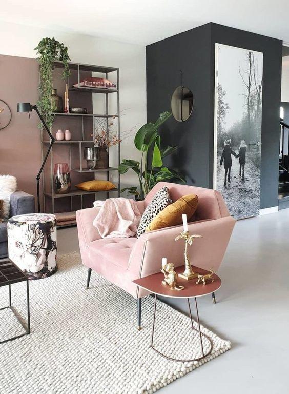 Sala retrô com poltrona rosa claro