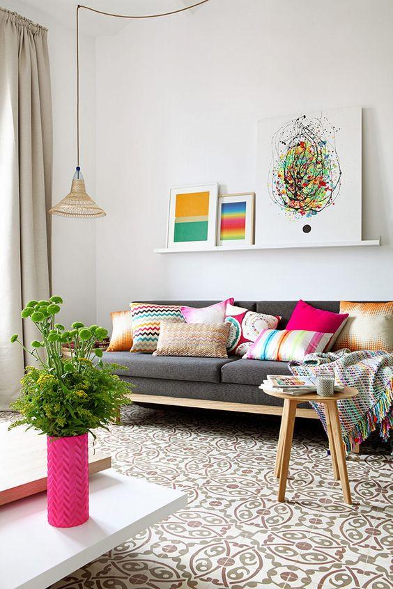 Sala retrô cinza com almofadas coloridas