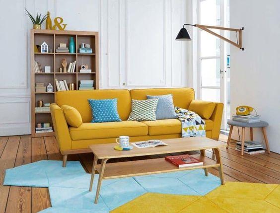 Sala retrô com sofá amarelo