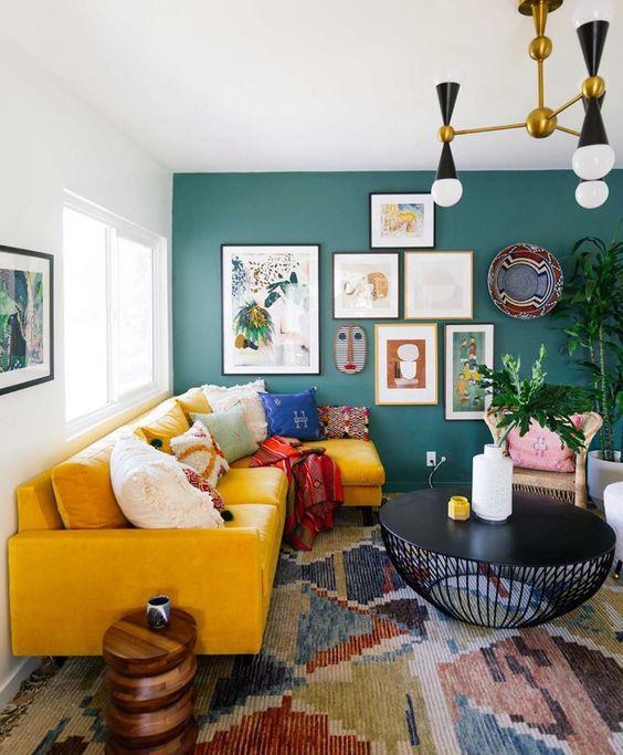 Sala retrô com sofá amarelo e quadros modernos