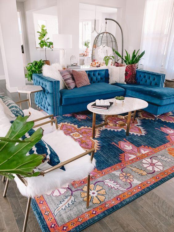Sala retrô com sofá azul e tapete colorido