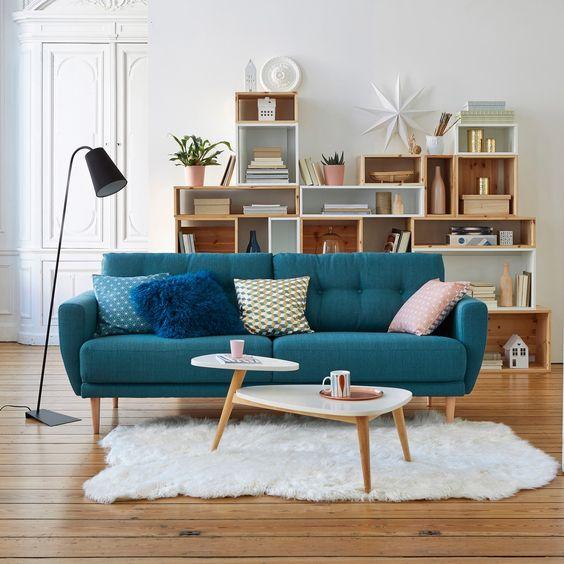 Sofá azul na sala retrô