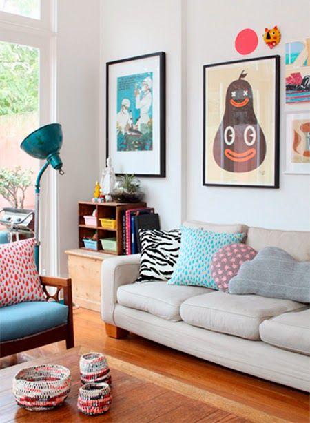Sala retrô com sofá cinza claro