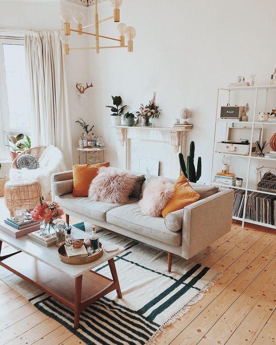Sala retrô com sofá cinza