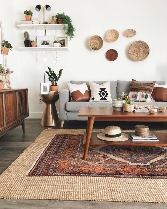 Sala retrô com sofá cinza e móveis de madeira