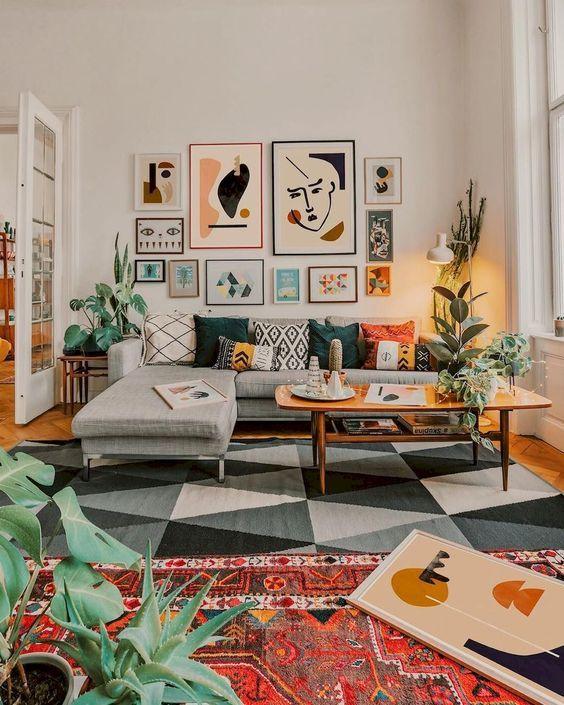 Sala retrô com sofá cinza e composição de quadros