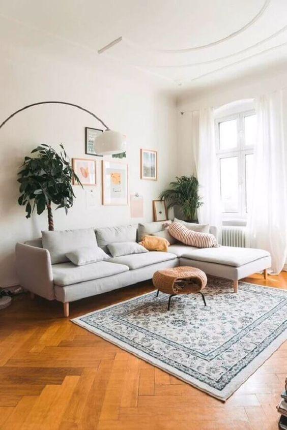 Sofá cinza na sala retrô