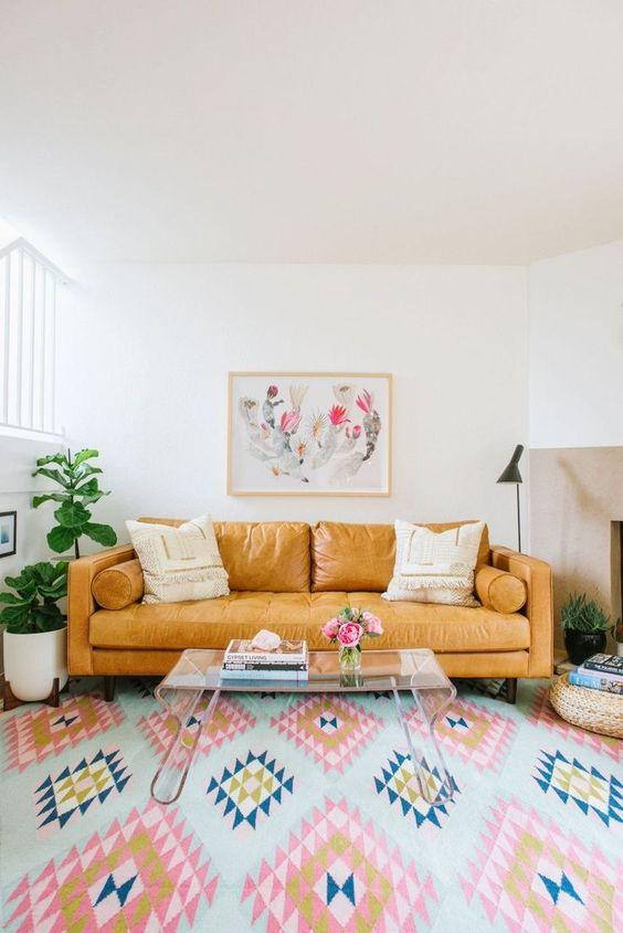 Sala retrô com sofá de couro