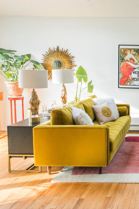 Sofá amarelo na sala retrô