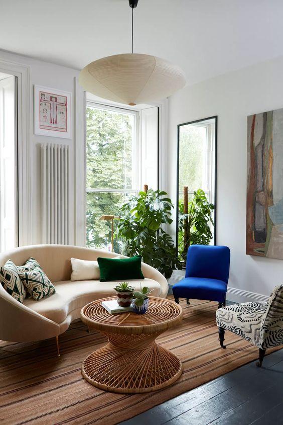 Sala retrô com sofá redondo