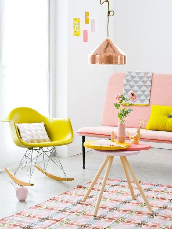 Sala retrô com sofá rosa e cadeira amarela