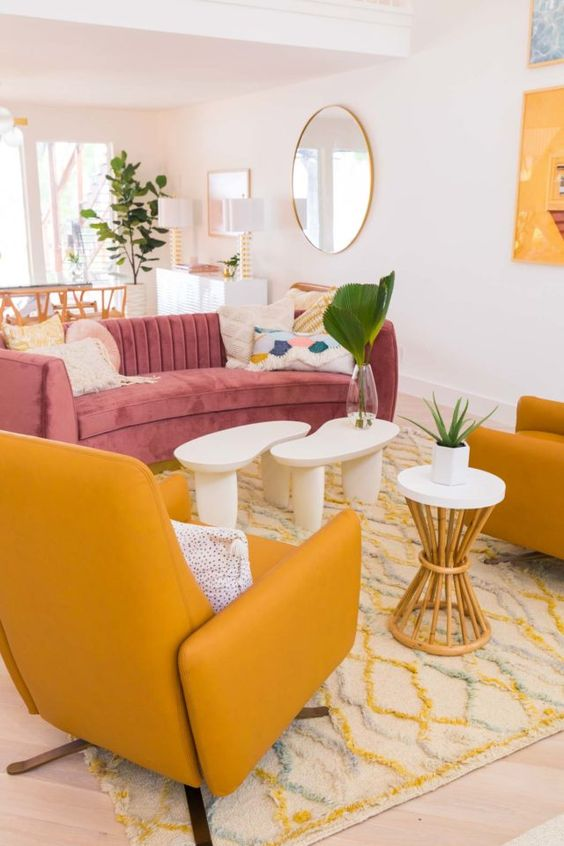 Sofá rosa e poltrona amarela na sala retrô