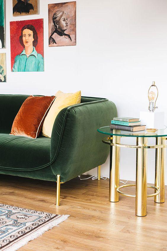 Sala retrô com sofá verde