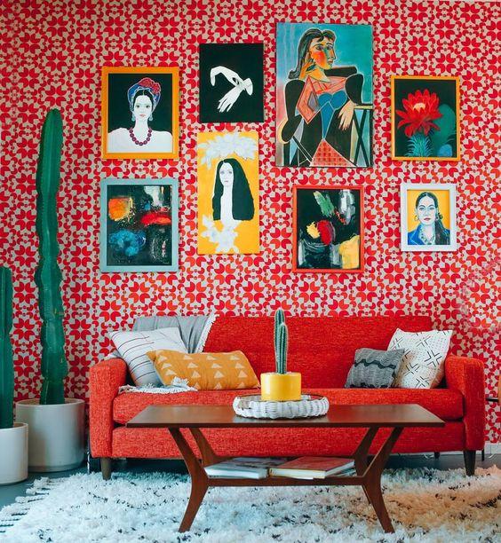 Sala retrô com sofá vermelho