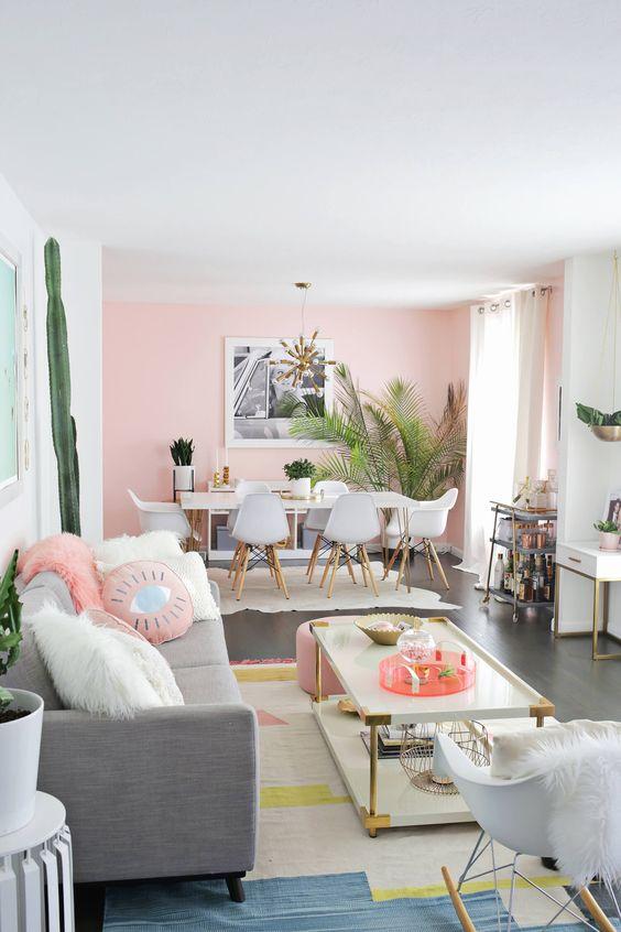 Sala retrô decorada com tons de cinza e rosa