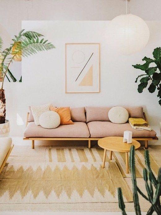 Sala retrô com sofá claro