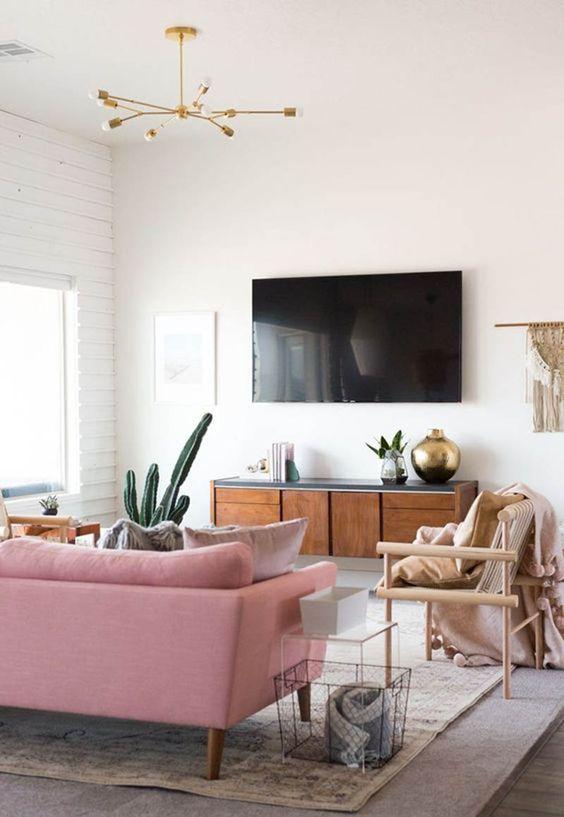 Sala retrô rosa com rack de madeira