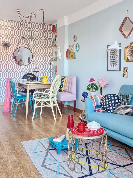 Sala de jantar retrô com sofá azul