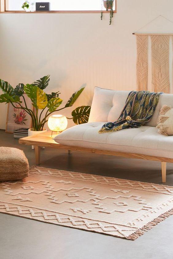 Sala retrô com sofá bege