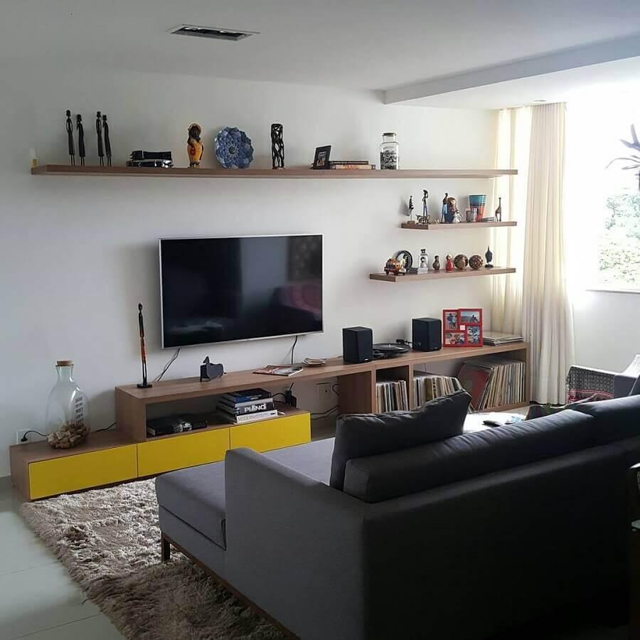 sala simples decorada com TV na parede com prateleiras Foto Pinterest