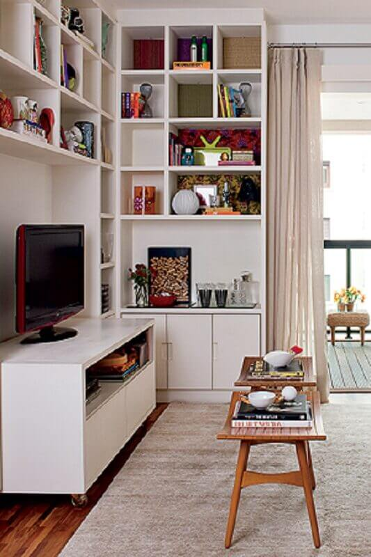 sala simples decorada com estante de nichos branca Foto Pinterest