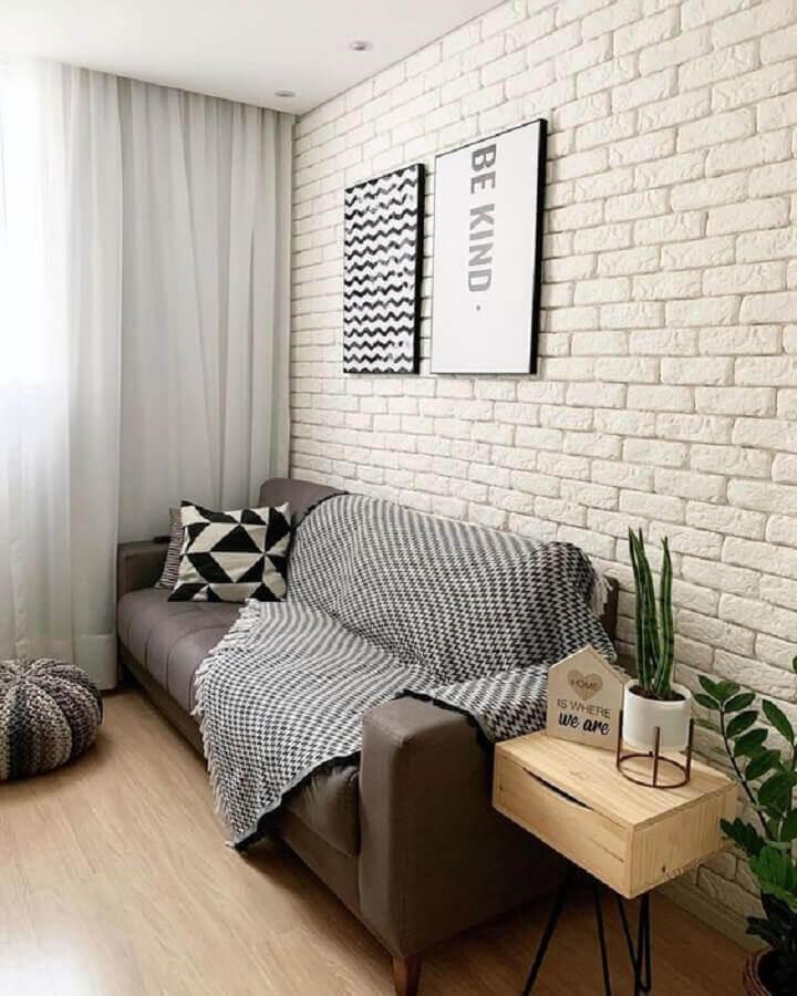 sala simples decorada com parede de tijolinho branco e sofá marrom Foto Home Fashion Trend