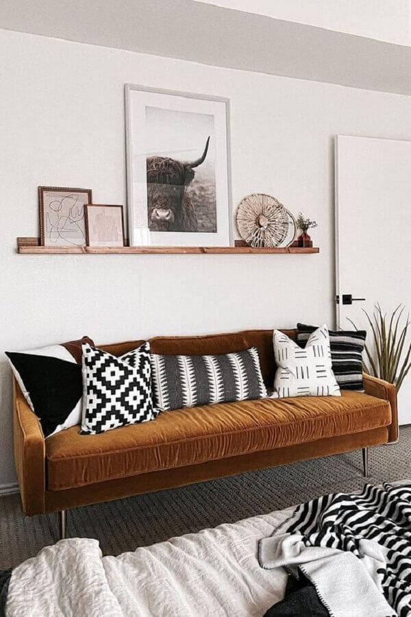 sala simples decorada com prateleira para quadros de madeira Foto Pinterest
