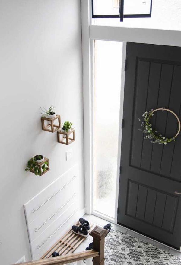 Sapateira de porta madeira na entrada de casa