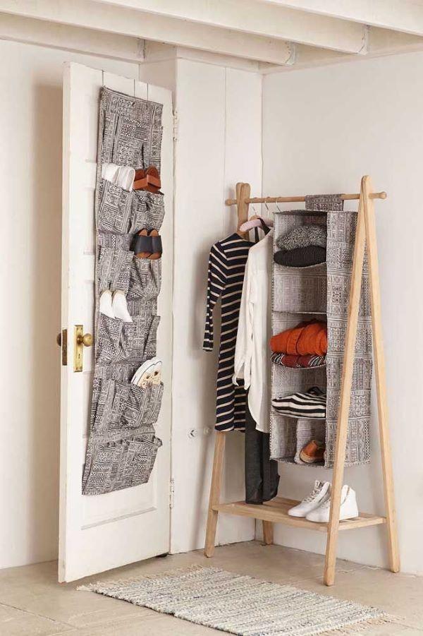Quarto com sapateira de porta