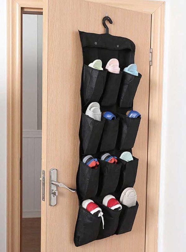 Sapateira de porta pendurada no quarto
