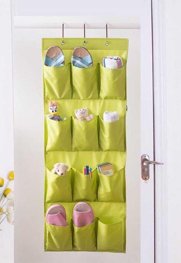 Sapateira pendurada na porta verde