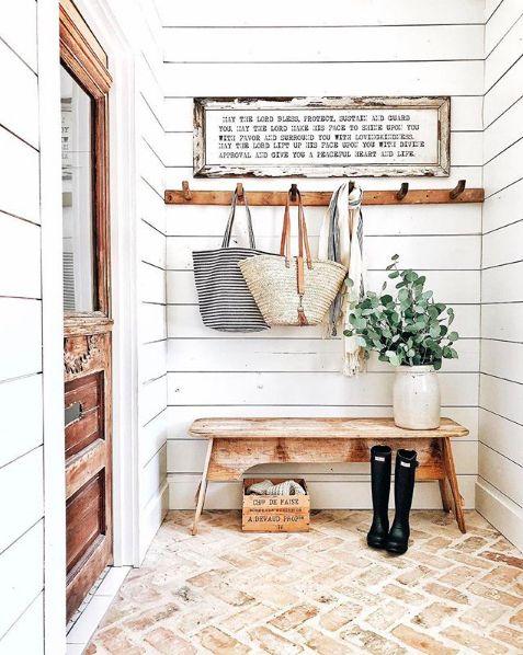 Entrada de casa com sapateira de porta pequena