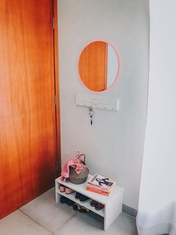 Sapateira de porta na entrada de casa moderna