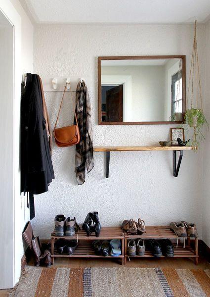 Sapateira de porta na entrada com nichos de madeira