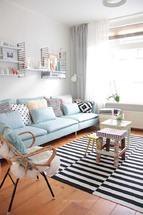 sofá azul candy colors para decoração de sala com tapete listrado preto e branco Foto Danielle Noce