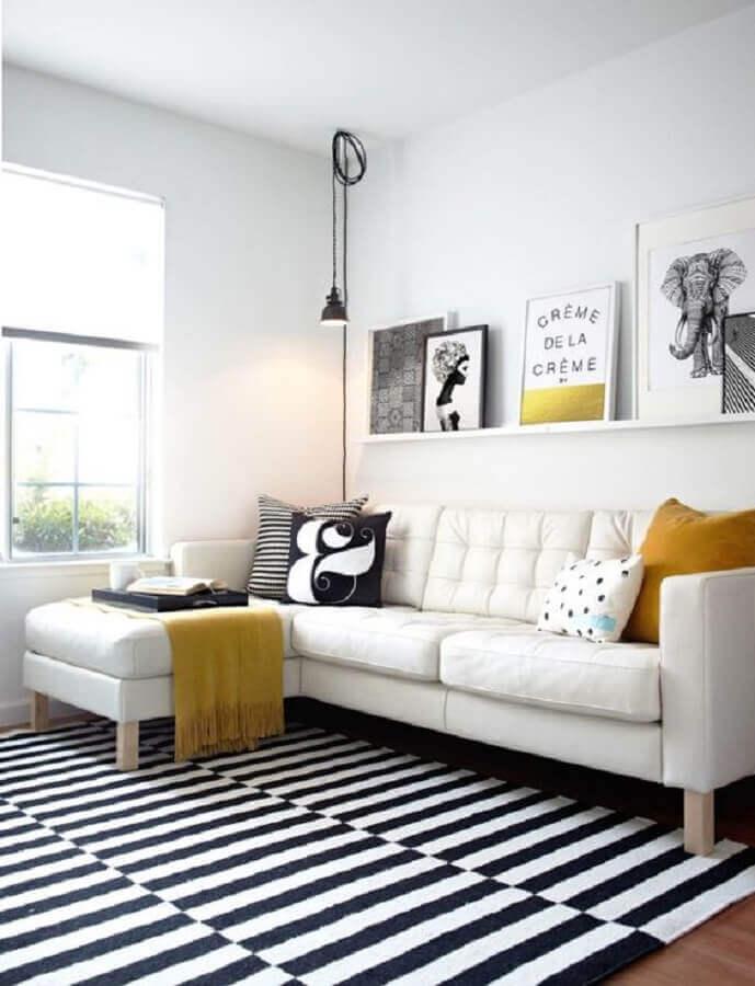 sofá com chaise para decoração de sala branca com prateleira para quadros Foto Decostore
