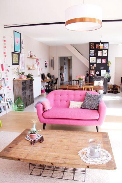 Sofá rosa na sala retrô