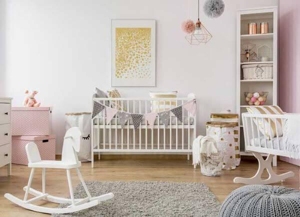Quarto de bebê completo com brinquedos e balanços