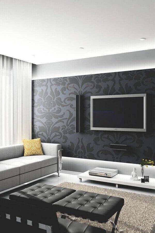 tv na parede de sala decorada com papel de parede preto Foto Pinterest