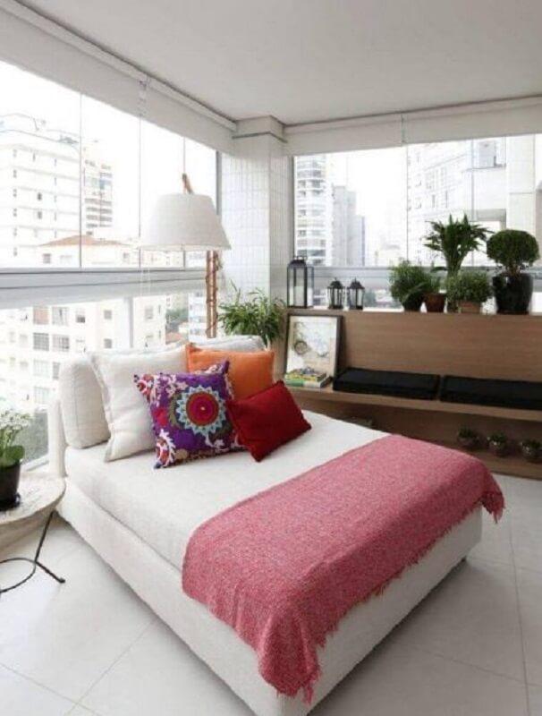 varanda ampla decorada com luminária para leitura de livros Foto Pinterest