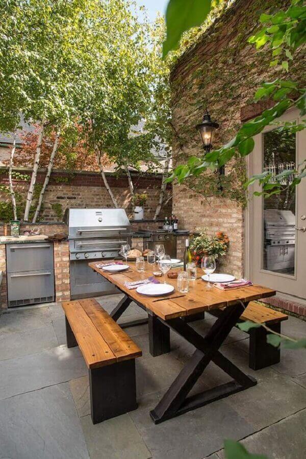 varanda com churrasqueira ao ar livre decorada com mesa de jantar estilo industrial Foto Pinterest
