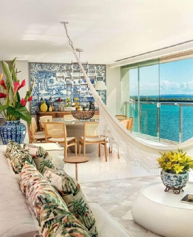 varanda de apartamento grande decorada com mesa de jantar redonda e rede de descanso Foto Home Fashion Trend