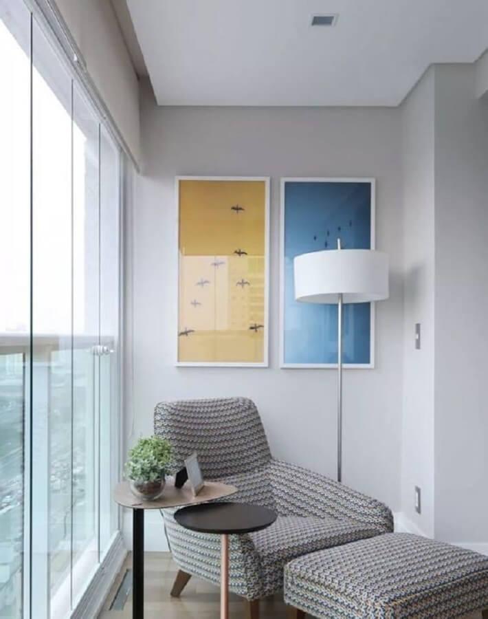 varanda decorada com luminária de chão para leitura e poltrona cinza Foto Pinterest