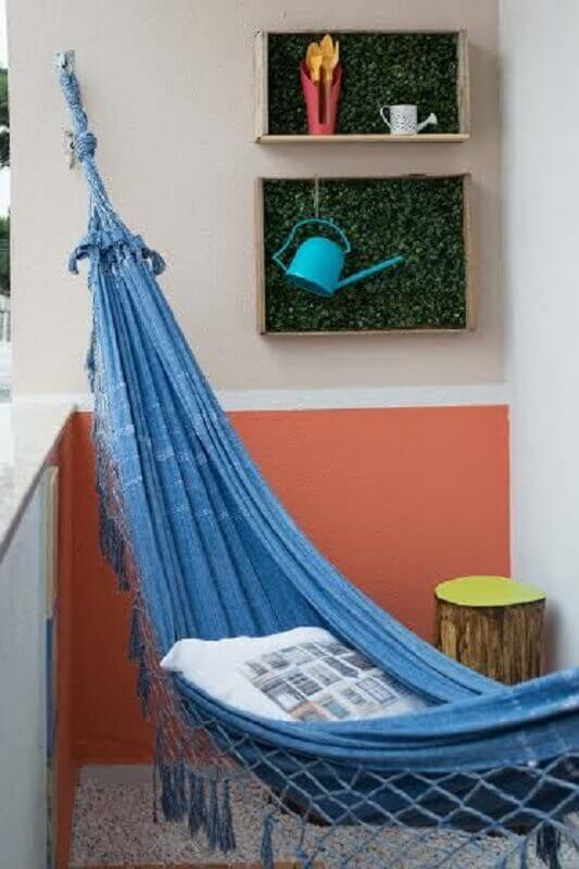 varanda pequena decorada com rede de descanso solteiro azul Foto Organize sem Frescuras!