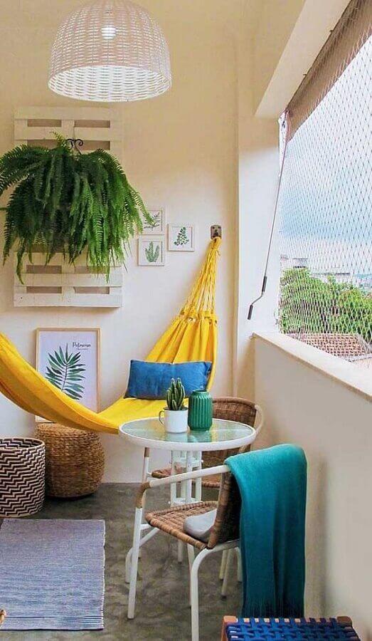varanda pequena e simples decorada com rede de descanso amarela Foto Pinterest