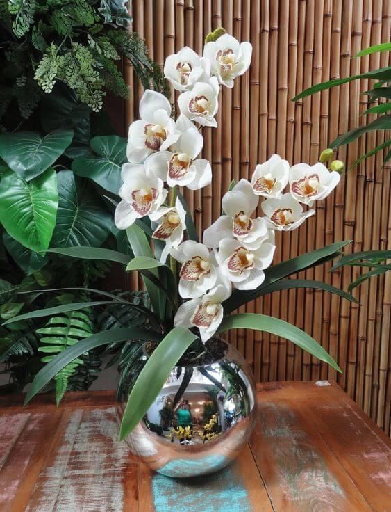 Vaso simples com orquídea branca