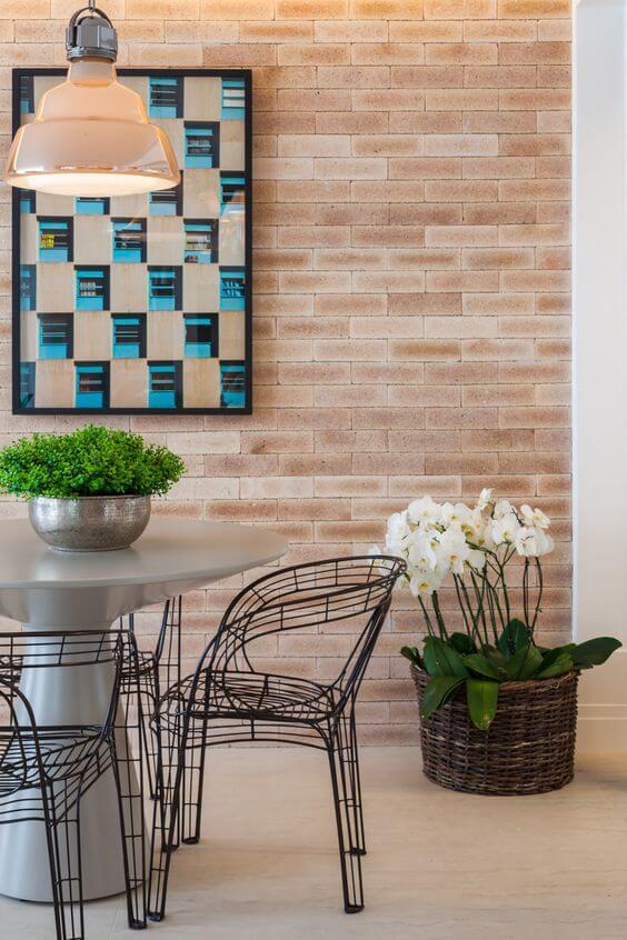 Sala de jantar moderna com vaso de orquídea branca