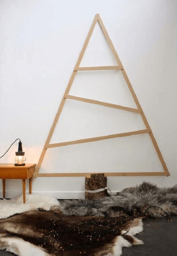 Árvore de natal de parede com design simples em madeira