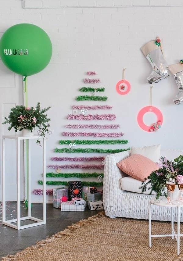 Árvore de natal na parede verde e rosa