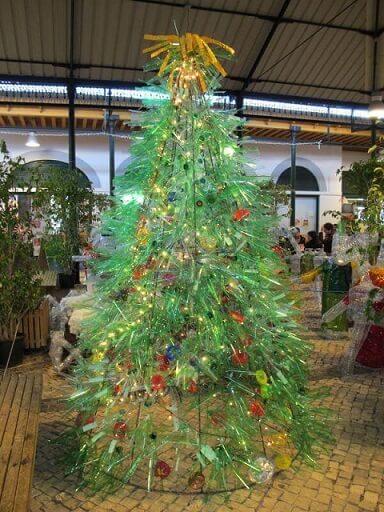 Árvore de natal diferente feita com garrada pet